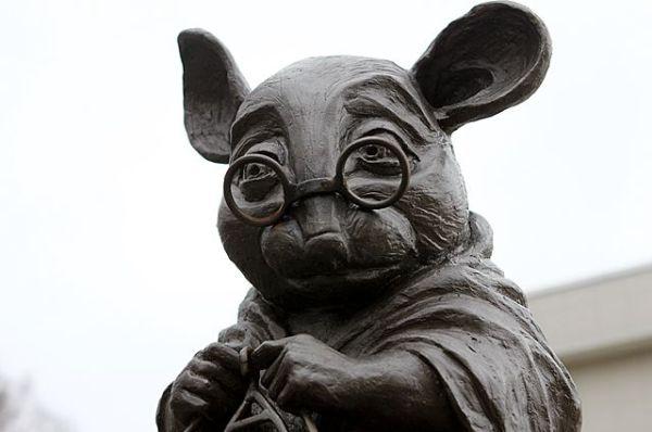 Памятник лабораторной мыши, вяжущей нить ДНК в Новосибирске