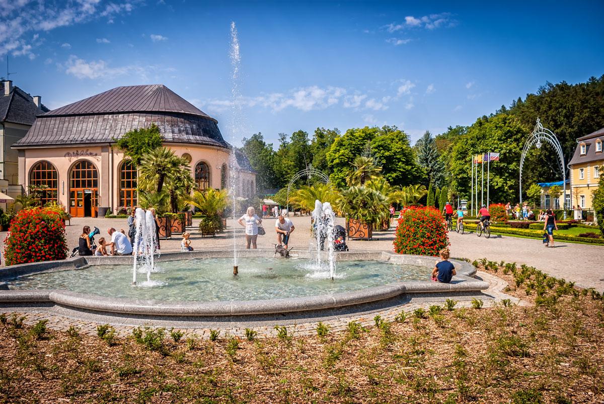 Kudowa Zdrój fontanna i widok na Pijalnię Wód Mineralnych