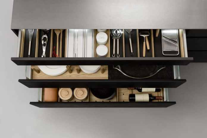 Everything under control and always at hand: Smart interior solutions for kitchen drawers and kitchen cabinets make working in the kitchen not only more pleasant, but also visually more beautiful.  (Photo: LEICHT)