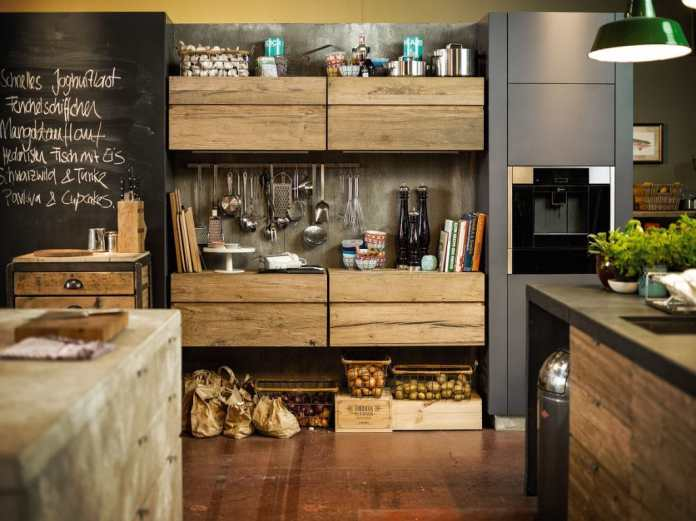 Built-in appliances such as the fully automatic coffee machine (on the right in the picture) save space on the work surface - and are nowadays also installed at chest height to protect the back.  (Photo: Neff)