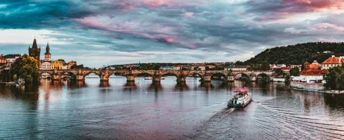The most famous sight in the Czech Republic: the famous Charles Bridge in Prague, the old town with its Art Nouveau houses.  But what is there to discover behind the scenes in the Czech Republic?  (Photo: Stock / Felix Mittermeier)