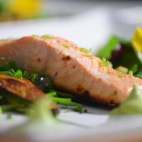 Salat mit Avocadocreme und Lachs