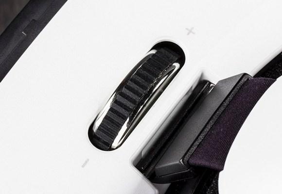 Колесико, регулирующие близость экрана к глазам в Samsung Gear VR