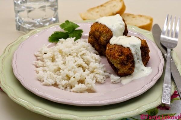 Argentinski ćevap, tartar sos i kuvani pirinač / Minced meat and potato patties, tartar dip and cooked rice