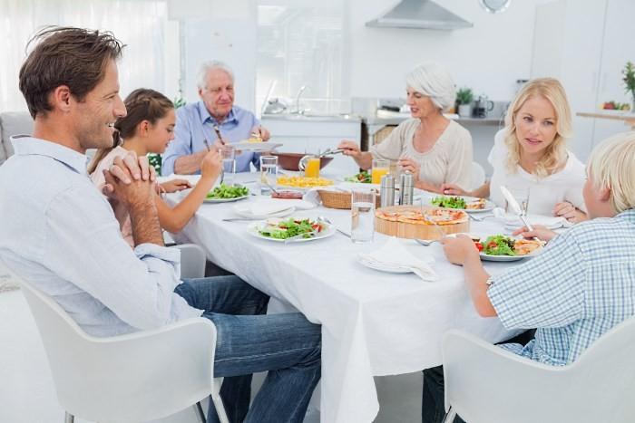 Большая семья за обеденным столом