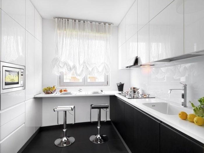 Кухонный гарнитур со светлым верхом и темным низом