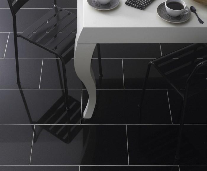 Черная плитка для пола в кухне