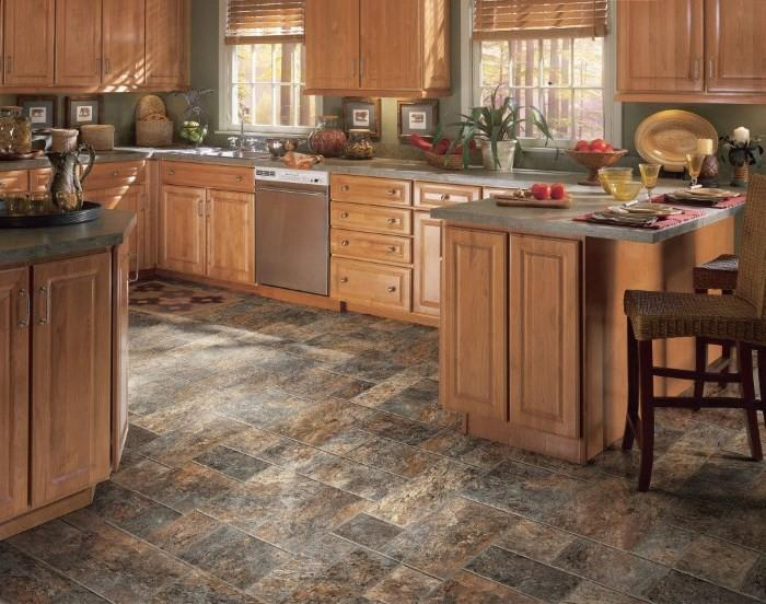 Керамическая плитка на полу в кухне