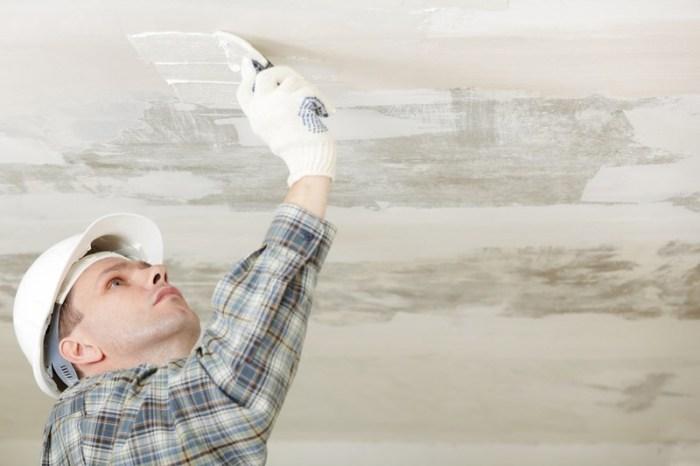 Обработка потолка перед наклеиванием плитки