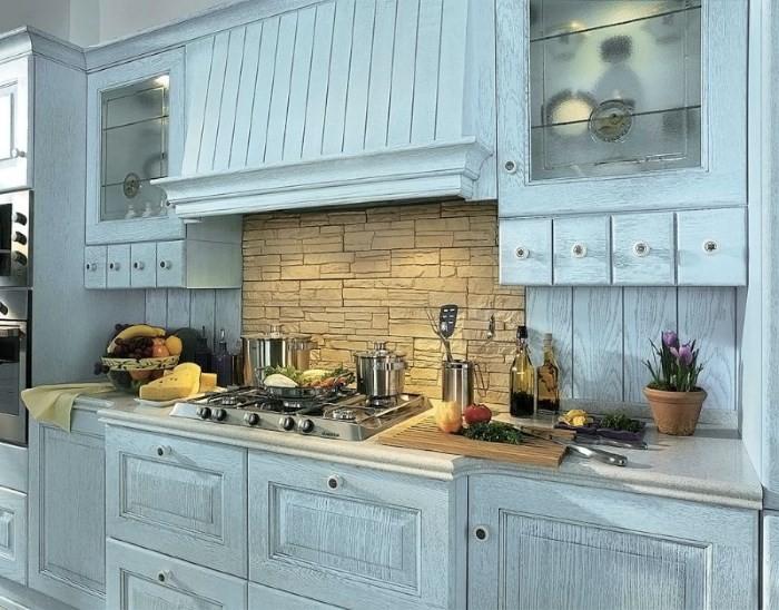 Кухня голубого цвета с эффектом состаренности