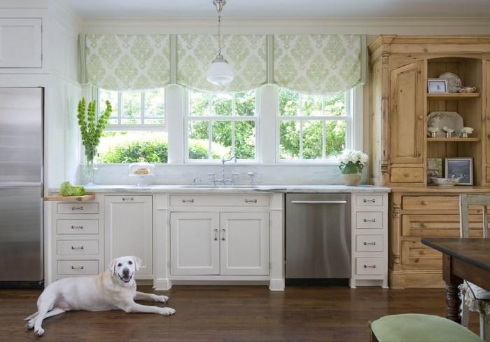 Кухонная мебель вдоль окна