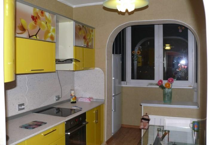 Малогабаритная кухня, объединенная с балконом