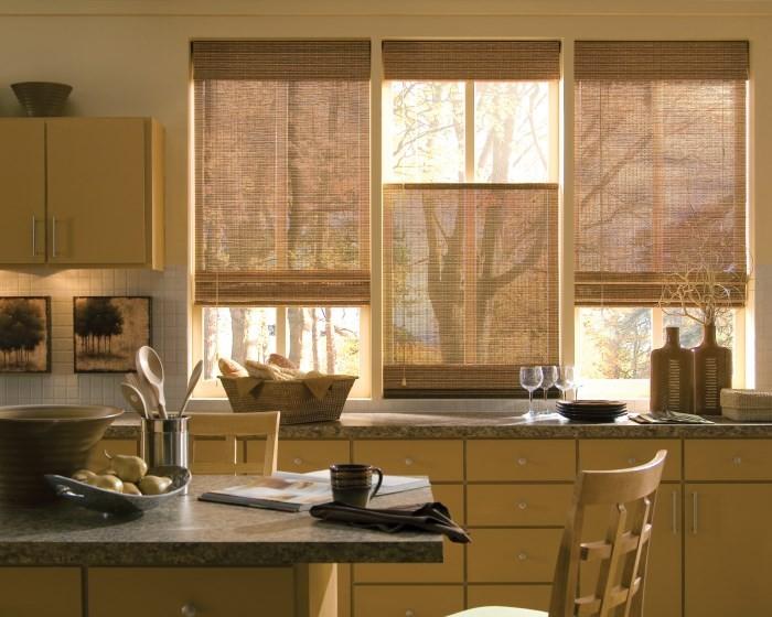 Окна со шторами на кухне
