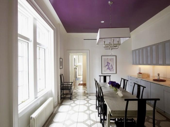 Потолок на кухне баклажанового цвета