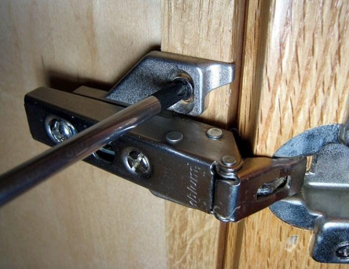 Регулировка петель дверцы