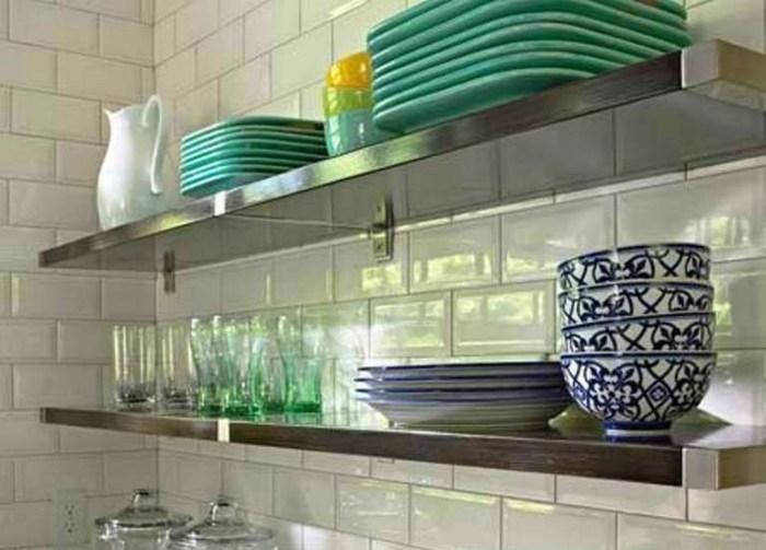 Кухонные полки на кафеле