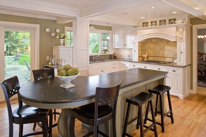 Большой обеденный стол на кухне