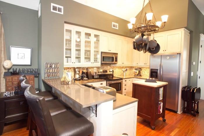 Стулья с кожаной обивкой в дизайне кухни