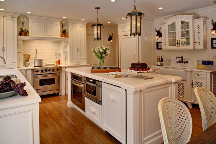 Островной стол на кухне с ящиками
