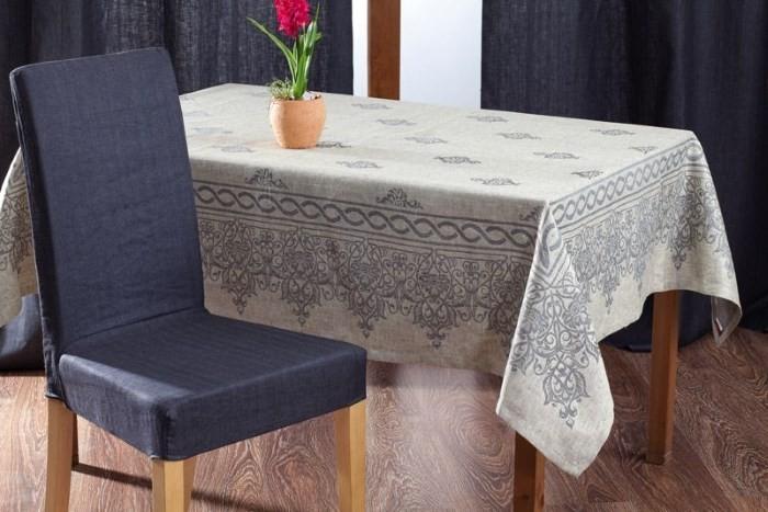 Льняная скатерть на столе
