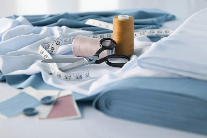 Ткань, измерительная лента, ножницы и нитки