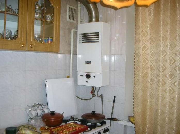 Проточный газовый водонагреватель (колонка) на кухне