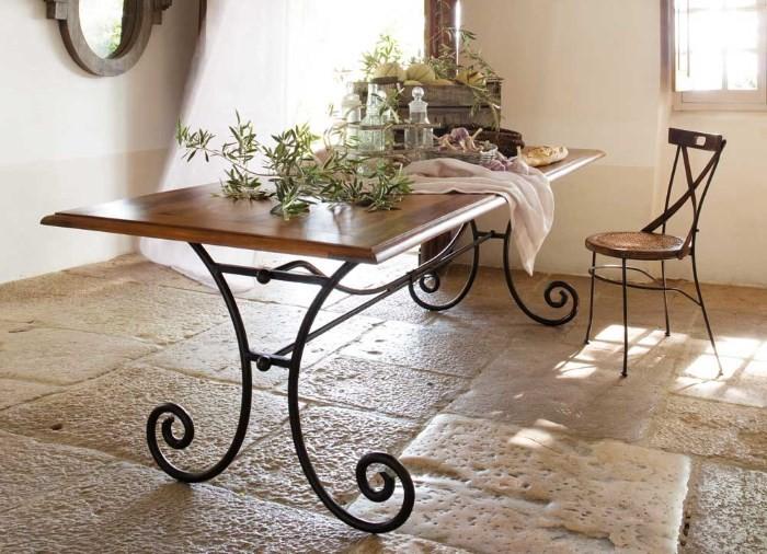 Обеденный стол с коваными ножками