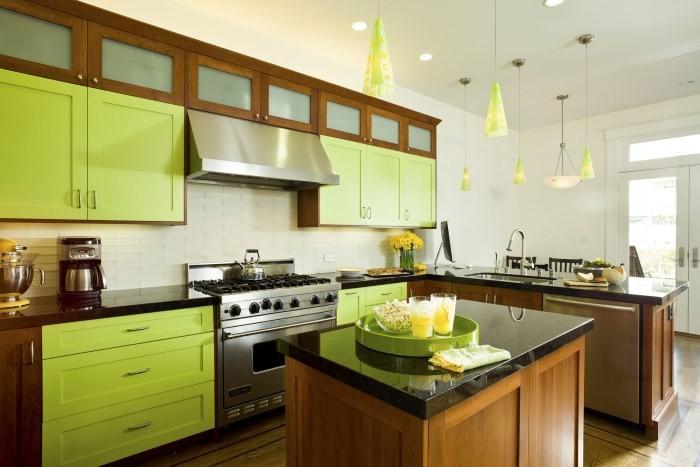 Яркая зелено-коричневая кухня
