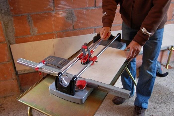 Человек работает с плиткорезом