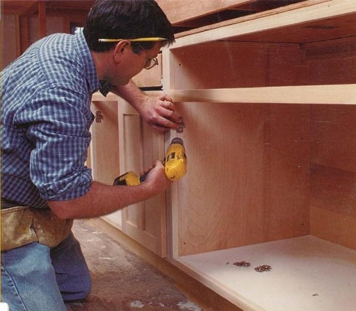 Процесс сборки шкафа на кухне