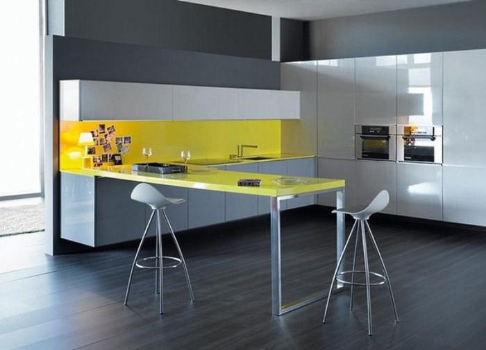 Желтый барный стол