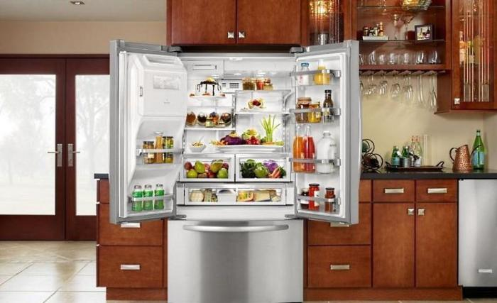 Двухдверный холодильник на кухне