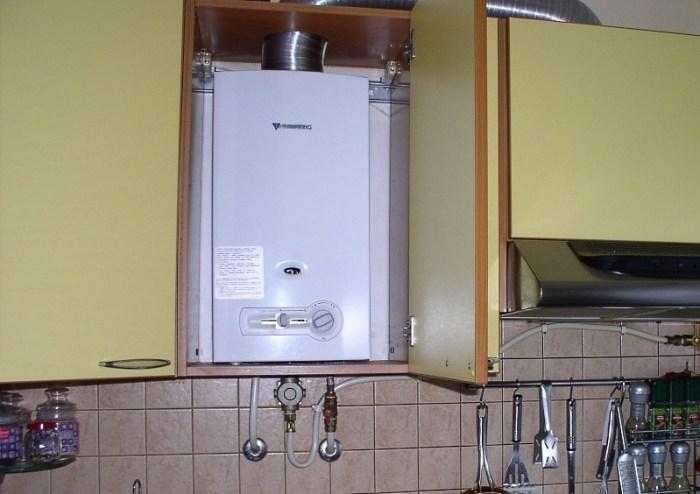 Колонка спрятанная в шкафу на кухне