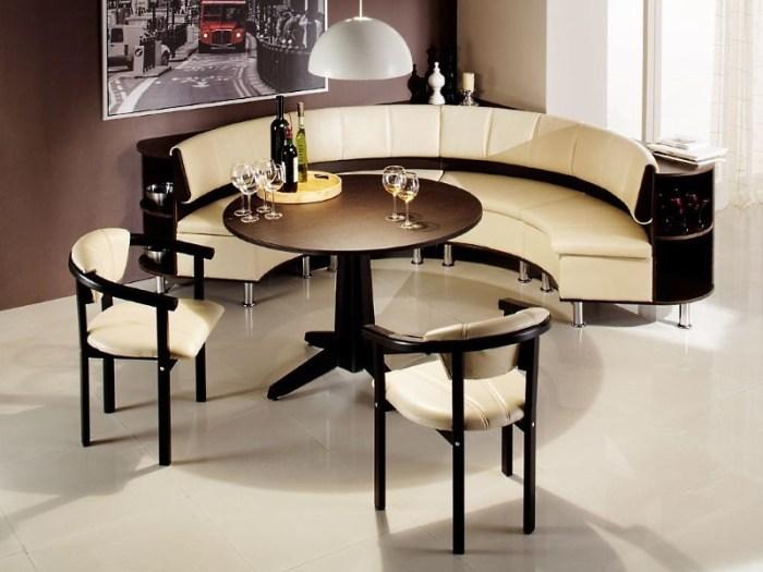 Полукруглый кухонный диван со стульями