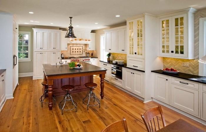 Кухня в доме с деревянным полом