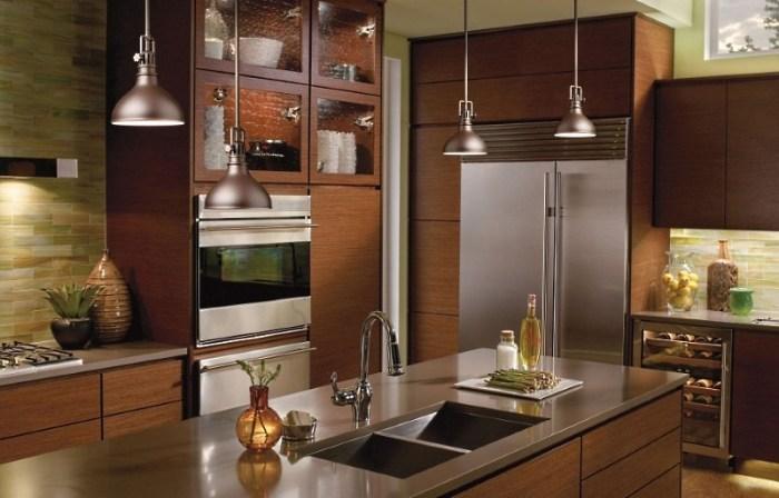 светильники на подвесах над кухонным островом