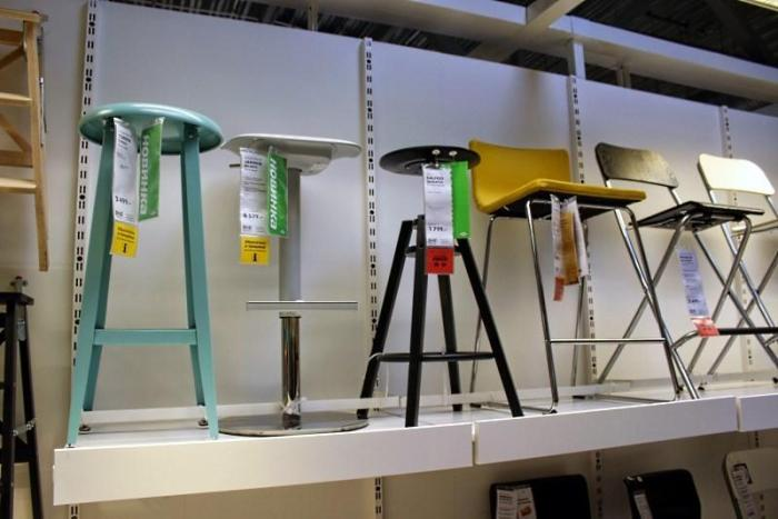 витрина с барными стульями