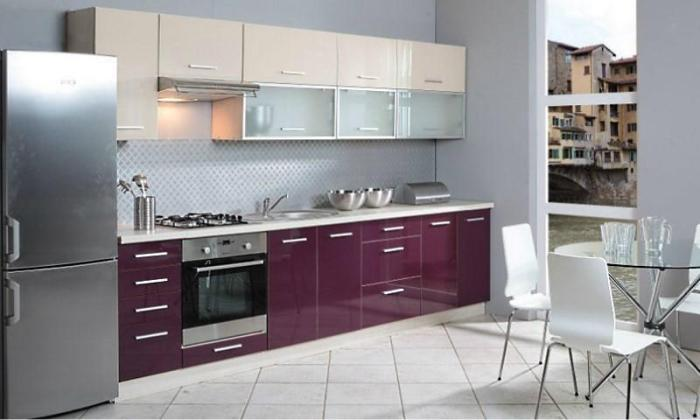 кухня с фиолетовыми фасадами нижних шкафов