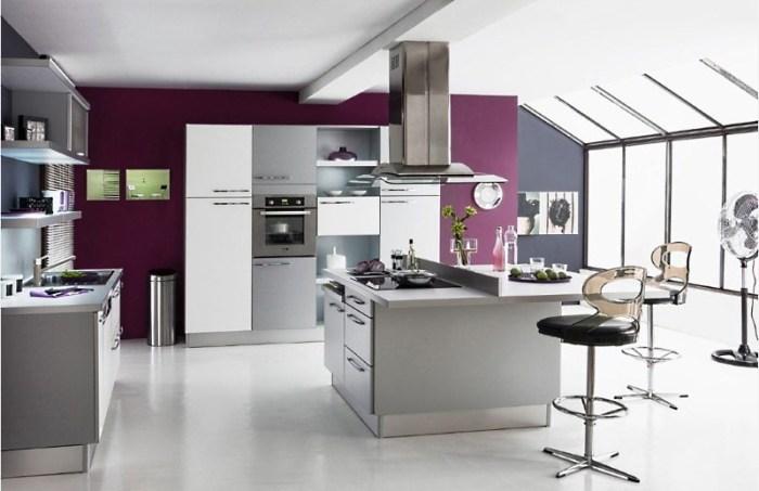 серая с фиолетовым кухня