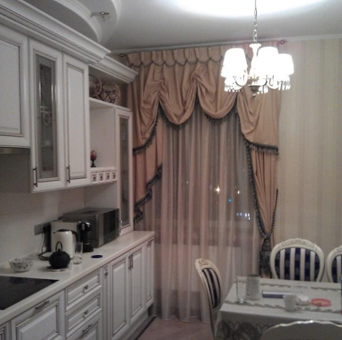 Классические шторы – последний штрих к интерьеру элегантной кухни
