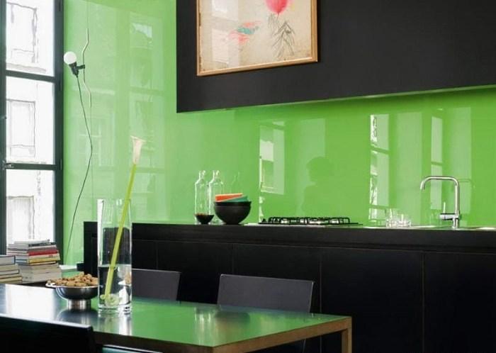 стеновая панель на кухне из стекла