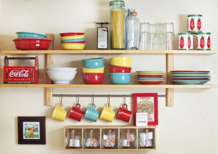 Яркая посуда в интерьере кухни