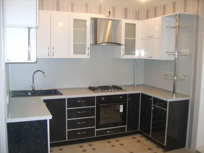Серая кухня без окна
