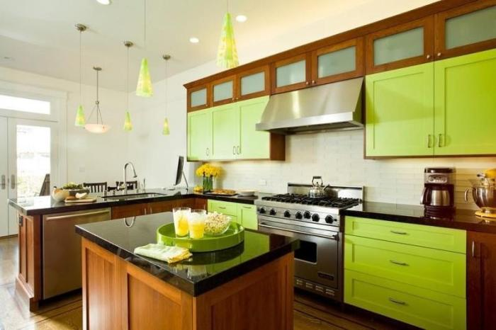 Зеленый цвет на кухне в сочетании с деревом