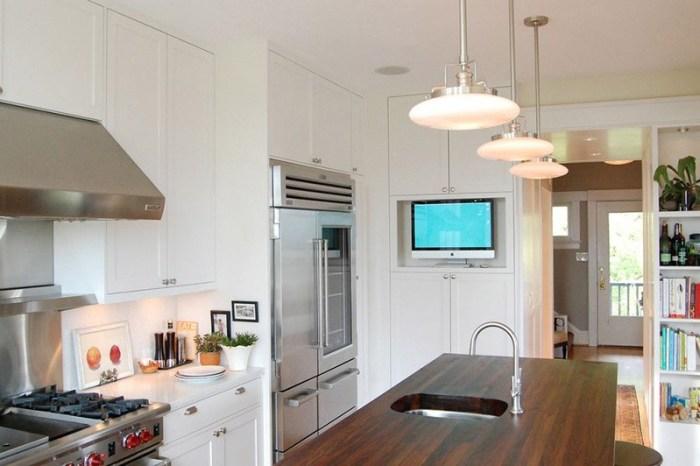 Белый телевизор на кухне