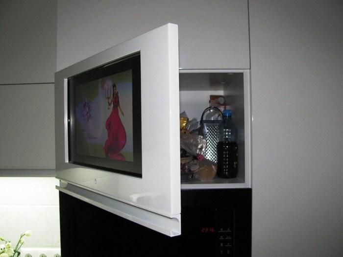 Экран встроен в дверцу шкафа