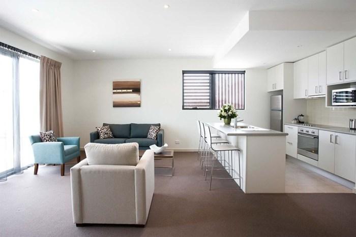 Большое пространство кухня и гостиная вместе