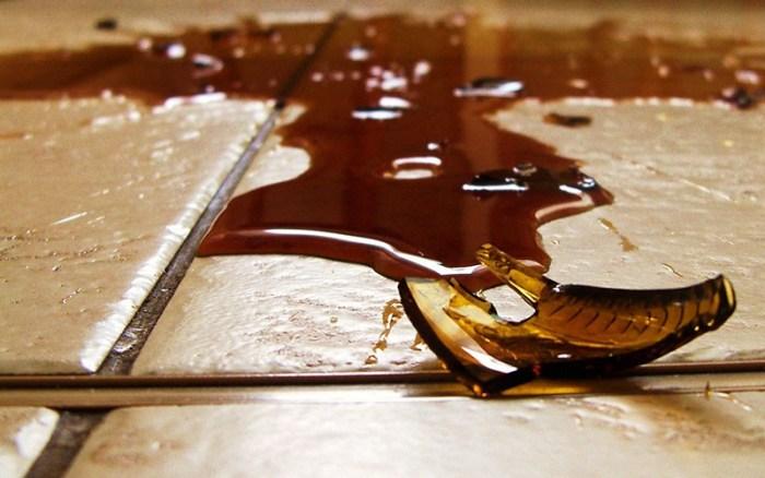Упавшая на плитку посуда разбивается