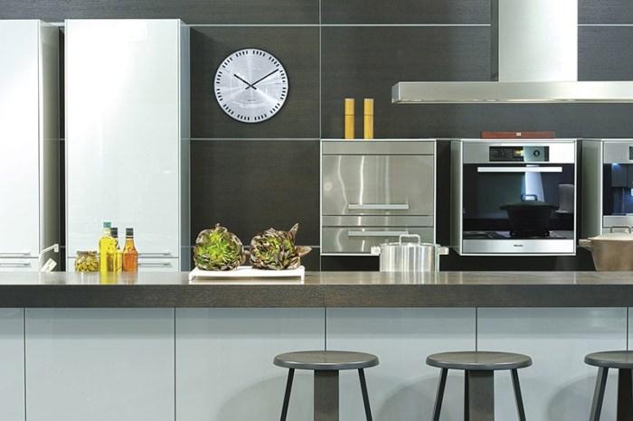 Часы на кухне в стиле хайтек