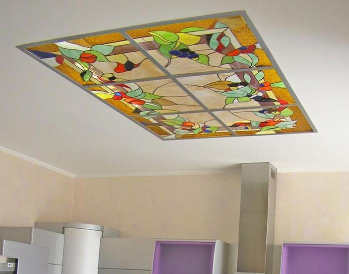 Кухня со вставкой в потолок витражных плит